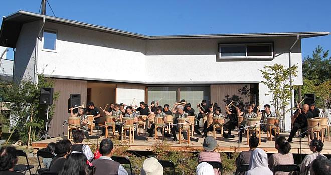 太鼓の演奏を行っています。